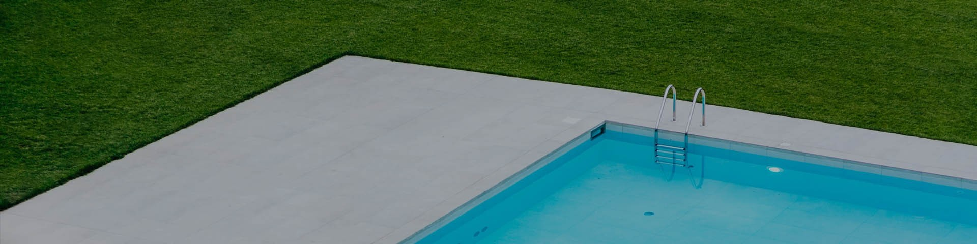 Vente de gazons artificiels pour bords de piscine et jardins privés