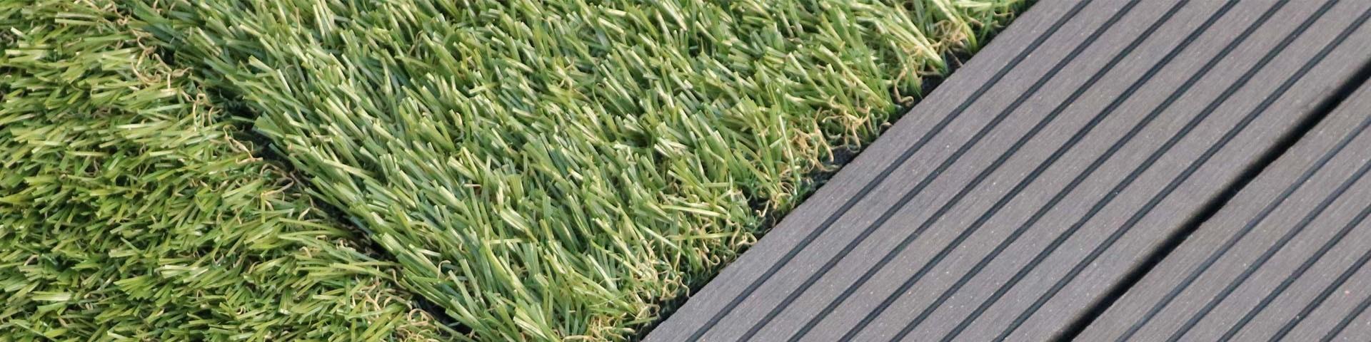 Aménagement de jardin avec pelouse artificielle : bordure en PVC gris